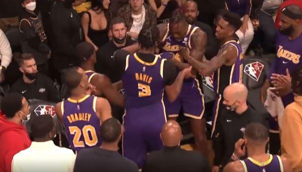Plas sherri në NBA, yjet e Lakersave përleshen me njëri-tjetrin