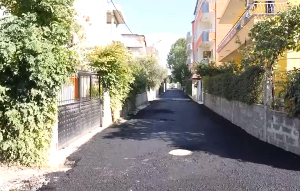 """Shtrohet me asfalt rruga """"Mbreti Gjin"""" në Durrës, Sako: Punojmë çdo ditë në shërbim të qytetarëve"""