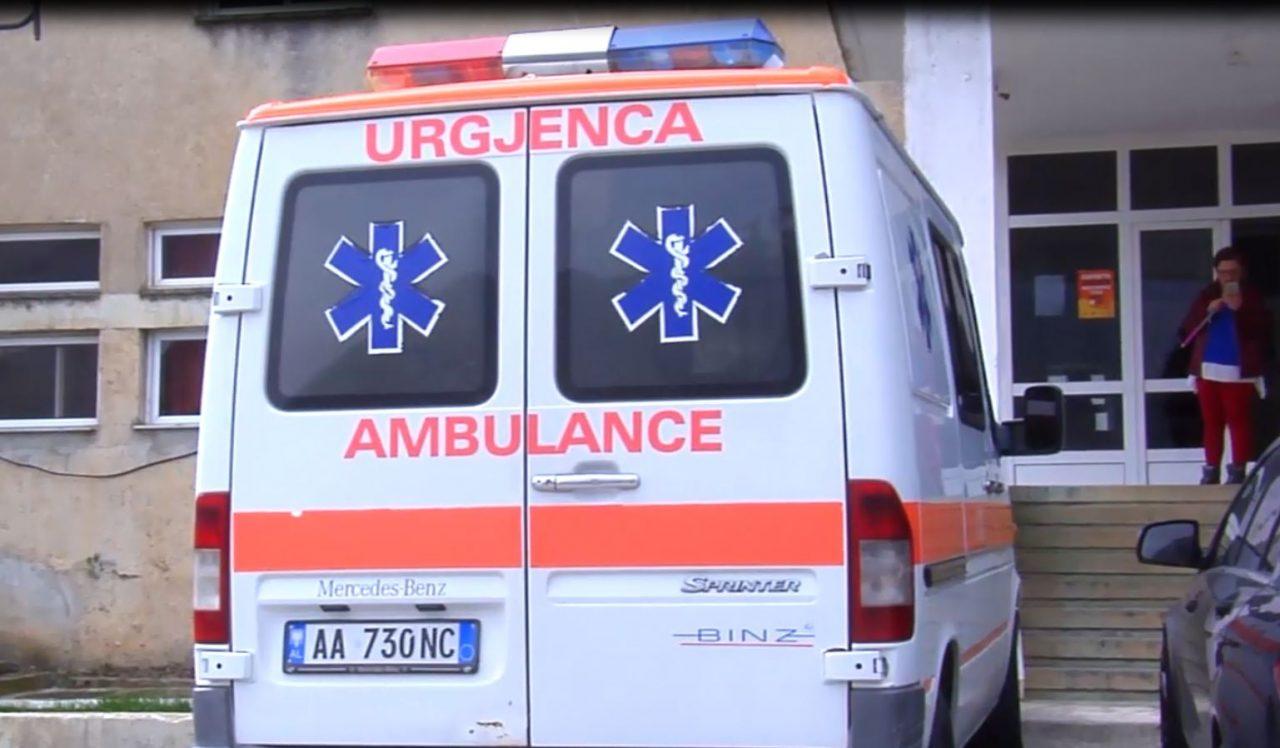 Makina del nga rruga dhe përfundon disa metra poshtë, plagosen tre persona